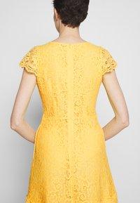 HUGO - KIRALIS - Juhlamekko - light pastel yellow - 7