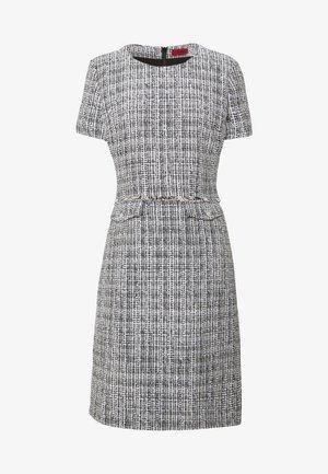 KORINI - Pouzdrové šaty - natural