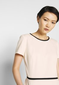 HUGO - KIDANI - Pouzdrové šaty - natural - 4