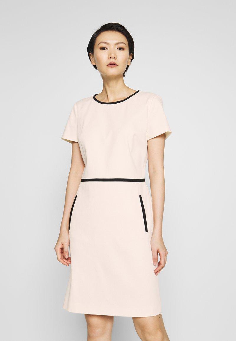 HUGO - KIDANI - Pouzdrové šaty - natural