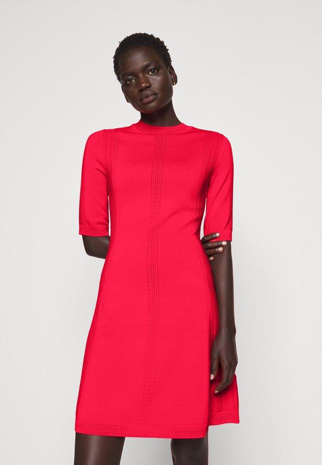 SHATHA - Pletené šaty - bright red