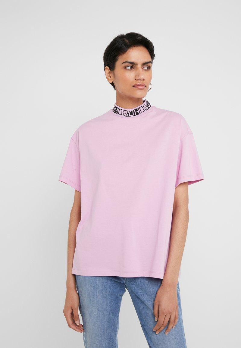 HUGO - DORENE - Camiseta estampada - light/pastel purple