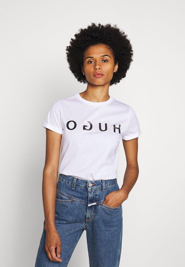 DENNA - Camiseta estampada - white/silver