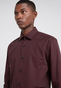 HUGO - KENNO SLIM FIT - Camisa elegante - black/red - 4