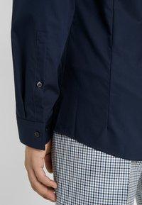HUGO - ERRIKO EXTRA SLIM FIT - Business skjorter - navy - 6