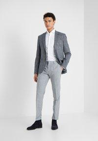 HUGO - KERY SLIM FIT - Business skjorter - open white - 1