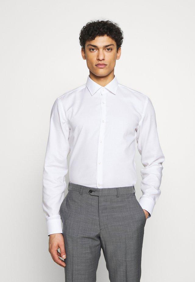 KOEY SLIM FIT - Business skjorter - open white