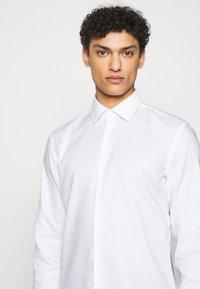 HUGO - KOEY SLIM FIT - Formal shirt - open white - 5