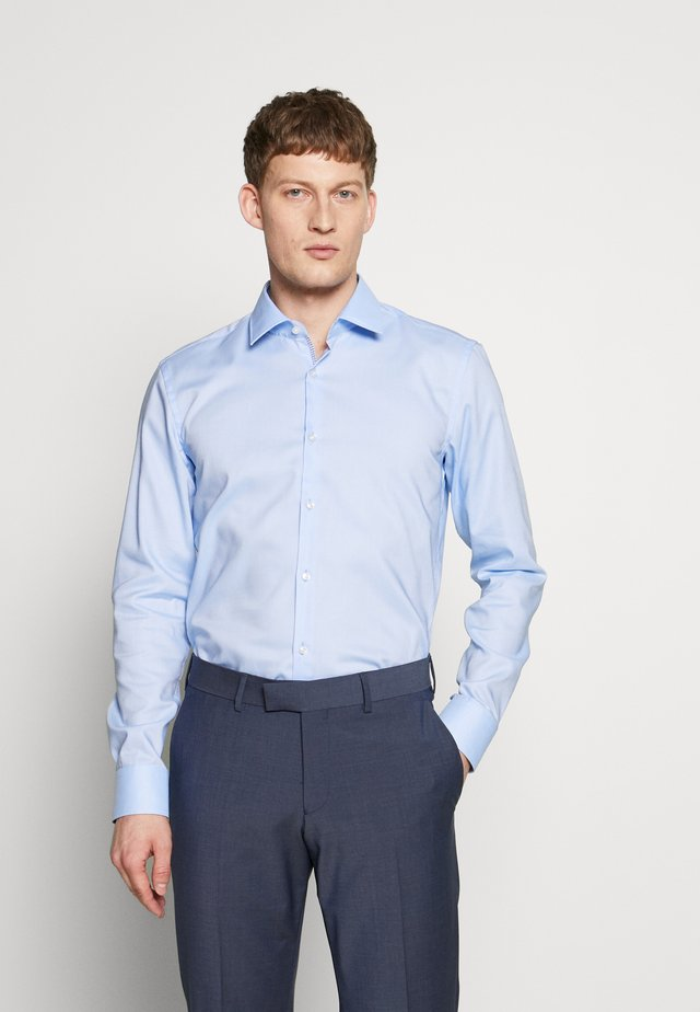 KOEY SLIM FIT - Zakelijk overhemd - light/pastel blue