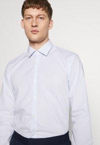 HUGO - KOEY SLIM FIT - Business skjorter - light pastel blue - 3