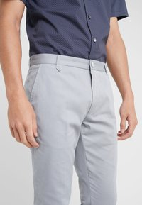 HUGO - HELDOR - Pantaloni - medium grey - 4