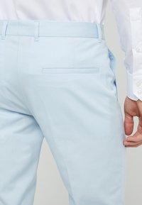 HUGO - HELDOR - Pantaloni - light pastel blue - 4