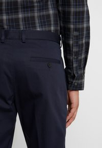 HUGO - GLEN - Chinos - navy