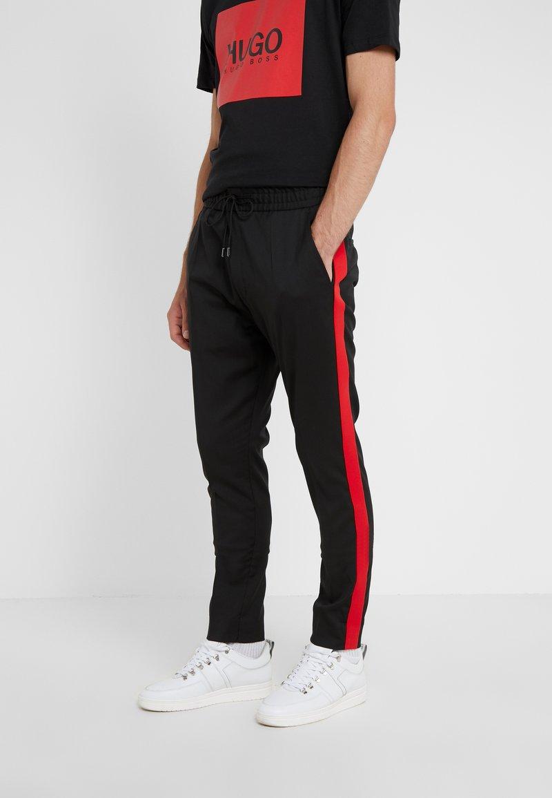 HUGO - ZANDER - Trousers - black/red