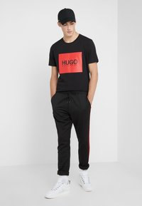 HUGO - ZANDER - Bukse - black/red - 1