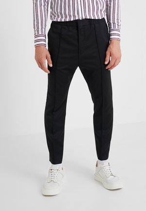HARLYS - Spodnie materiałowe - black