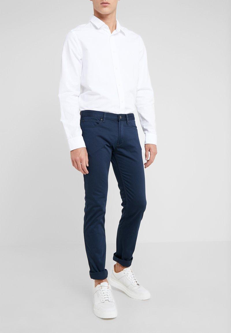 HUGO - Spodnie materiałowe - dark blue