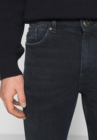 HUGO - Zúžené džíny - dark blue - 5