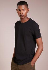 HUGO - 2 PACK - Basic T-shirt - black - 1