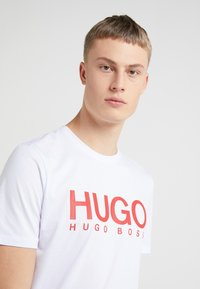 HUGO - DOLIVE - Camiseta estampada - white - 4