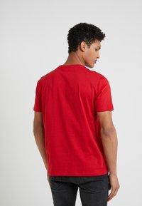 HUGO - DOLIVE - T-shirt med print - bright red - 2