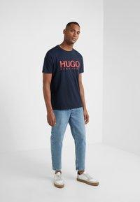 HUGO - DOLIVE - T-shirt imprimé - navy - 1