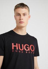 HUGO - DOLIVE - T-shirt z nadrukiem - black - 4
