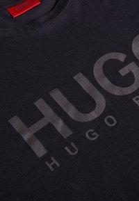 HUGO - DOLIVE - Printtipaita - black - 4