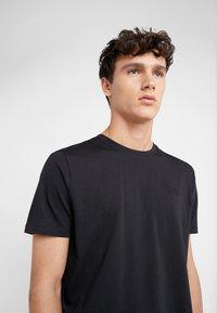 HUGO - DERO - T-shirts - black - 4