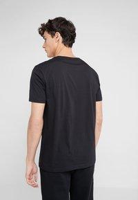 HUGO - DERO - T-shirts - black - 2