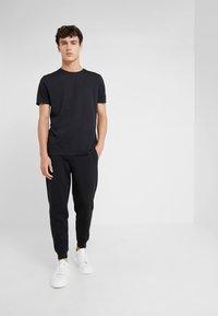 HUGO - DERO - T-shirts - black - 1
