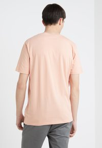 HUGO - DOLI - T-shirt imprimé - light pastel orange - 2
