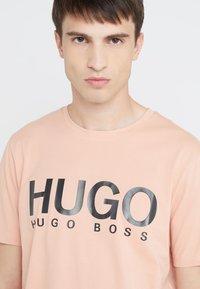 HUGO - DOLI - T-shirt imprimé - light pastel orange - 3
