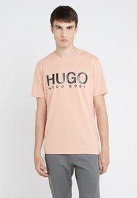 HUGO - DOLI - T-shirt imprimé - light pastel orange - 0