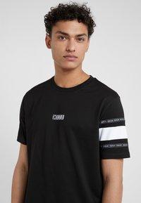 HUGO - DURNED - Print T-shirt - black - 4
