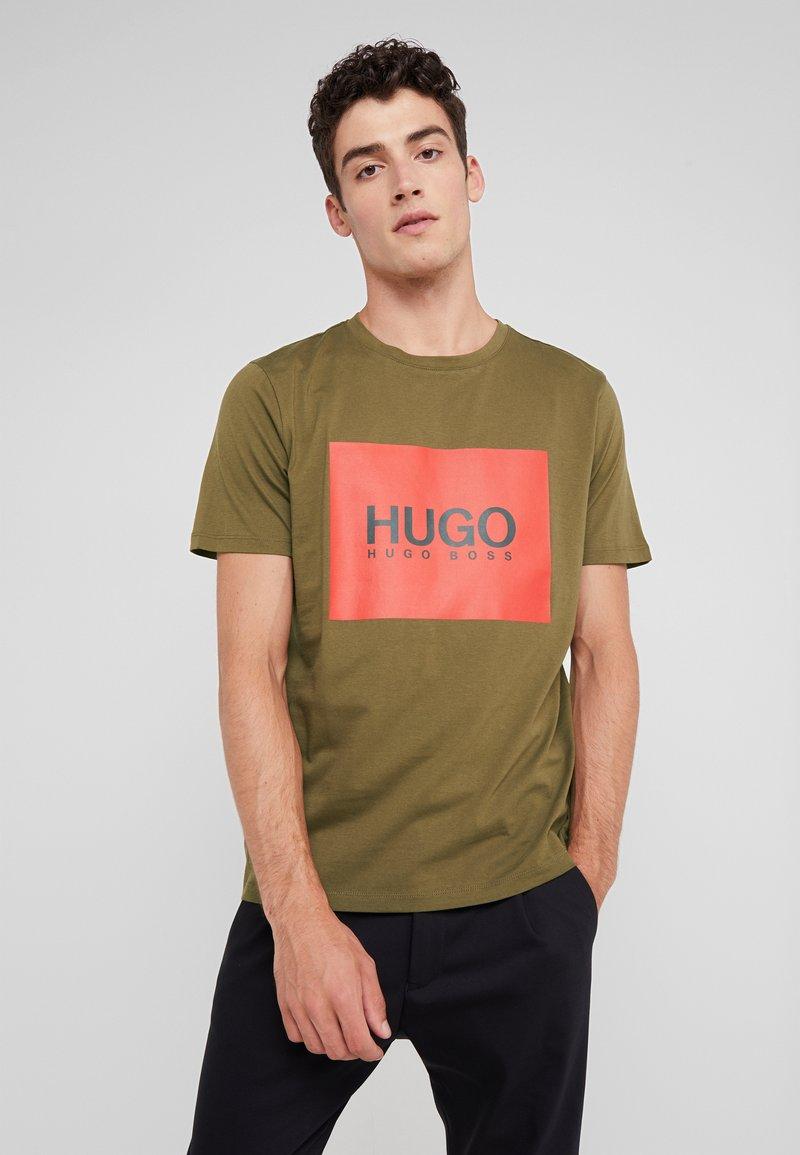 HUGO - DOLIVE - Triko spotiskem - olive