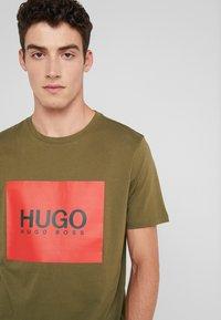 HUGO - DOLIVE - Triko spotiskem - olive - 4