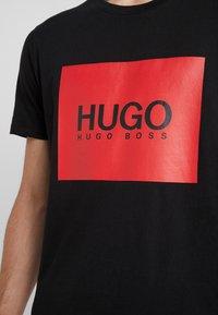 HUGO - DOLIVE - Triko spotiskem - black - 5
