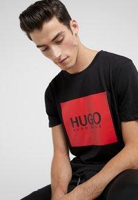 HUGO - DOLIVE - Triko spotiskem - black - 3