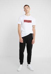 HUGO - DICAGOLINO - T-shirt imprimé - white - 1