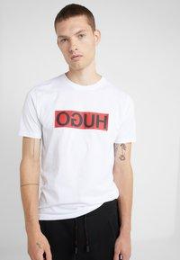 HUGO - DICAGOLINO - T-shirt imprimé - white - 0
