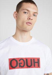 HUGO - DICAGOLINO - T-shirt imprimé - white - 3