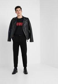 HUGO - DICAGOLINO - T-shirts med print - black - 1