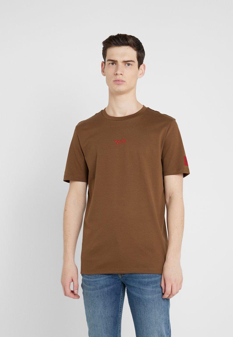 HUGO - DURNED - T-shirt print - medium brown