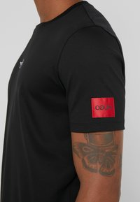 HUGO - DURNED - Print T-shirt - black - 5