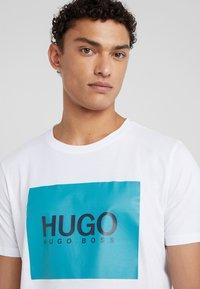 HUGO - DOLIVE - Camiseta estampada - white - 4