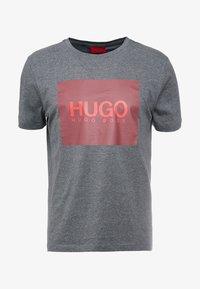 HUGO - DOLIVE - Triko spotiskem - open grey - 4