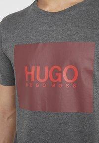 HUGO - DOLIVE - Triko spotiskem - open grey - 5