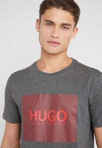 HUGO - DOLIVE - Triko spotiskem - open grey - 3