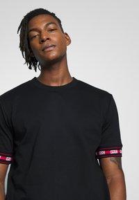 HUGO - DERRA - T-shirt print - black - 4
